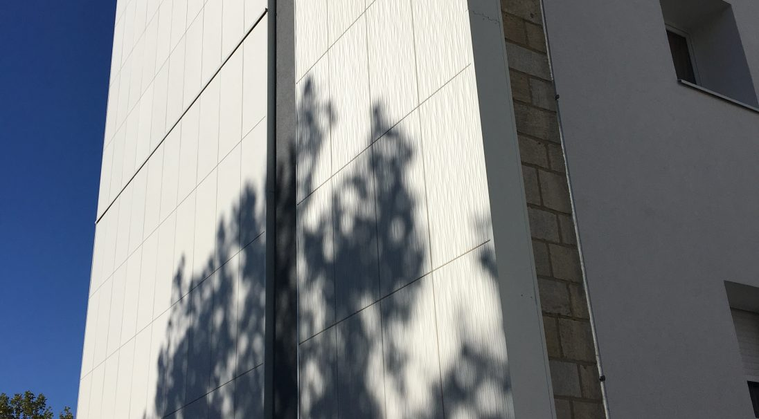 Lieu : La Rochelle (17),  Type de construction : réhabilitation,  Système de pose : bardage sans ossature (BSO),  Produits : LISSE MAT et DUNE