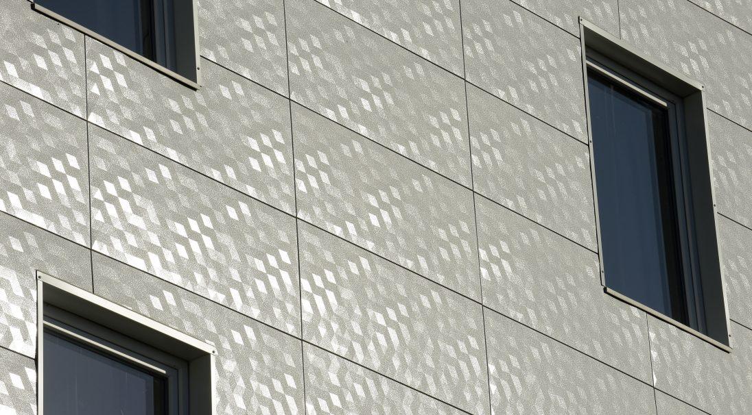 Lieu : Meyzieu (69),  Architectes : Lieux-Dits,  Type de construction : neuf,  Système de pose : bardage sans ossature (BSO),  Produits : DUNE, LISSE MAT et PIXEL