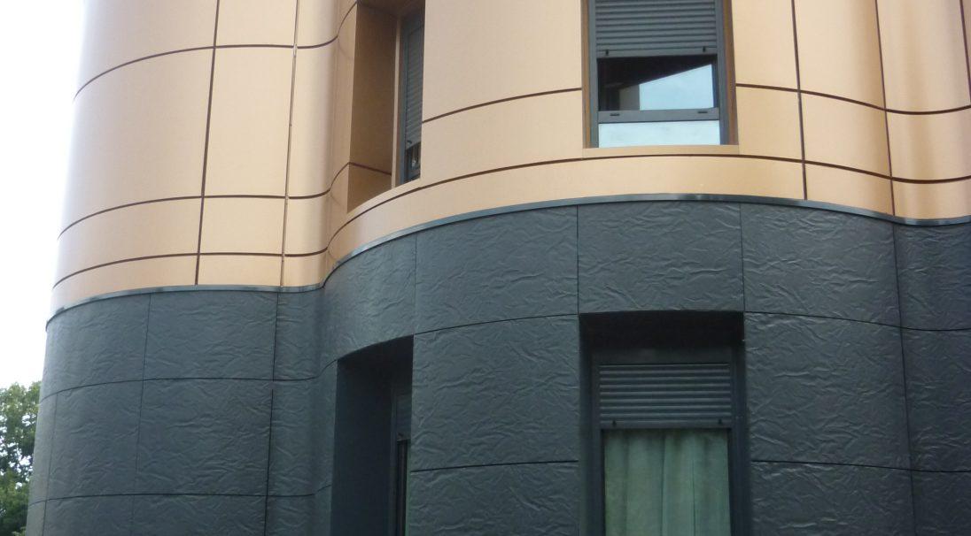 Lieu : Noisiel (77),  Architectes : Cabinet Felletin,  Type de construction : réhabilitation,  Système de pose : bardage avec ossature (BAO), parements CAREA Insert,  Produit : RHODES