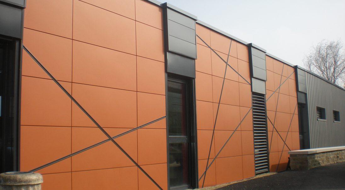 Lieu : Niort (79),  Architectes : Cabinet BME,  Type de construction : rénovation,  Système de pose : bardage sans ossature (BSO),  Produit : LISSE MAT