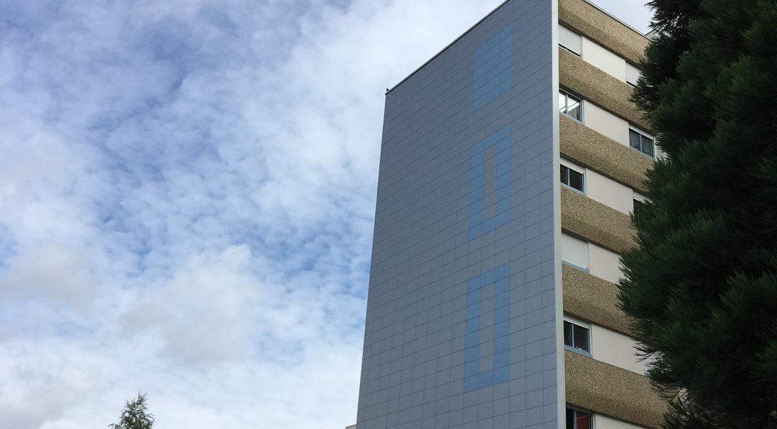 Lieu : Cité des Demoiselles, Les Herbiers (85),  Type de construction : réhabilitation,  Système de pose : bardage sans ossature (BSO),  Produit : PIERRE DE LOIRE