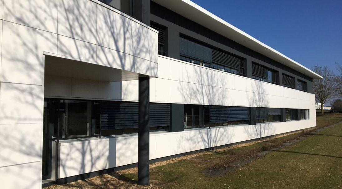 Lieu : Poitiers, Futuroscope (86),  Architectes : Architectes Gesson,  Type de construction : neuf,  Système de pose : bardage avec ossature (BAO),  Produit : LISSE BRILLANT