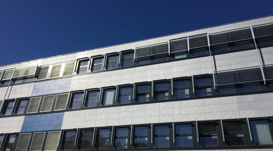 Lieu : Poitiers (86),  Architectes : Isabelle Castelli, Axe Ingénierie,  Type de construction : rénovation,  Système de pose : bardage sans ossature (BSO),  Produits : LISSE MAT et PIXEL