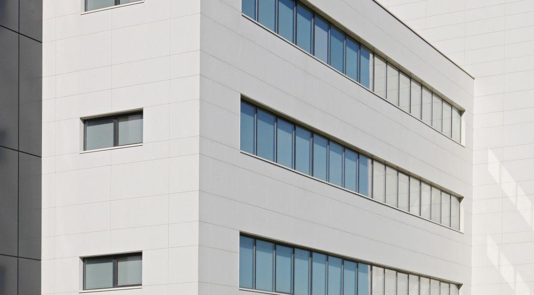 Lieu : Poitiers (86),  Architectes : Créature Poitiers,  Type de construction : neuf,  Système de pose : bardage avec ossature (BAO),  Produit : LISSE MAT