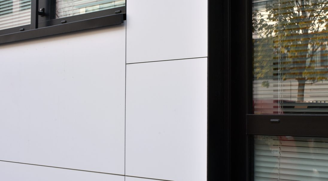 Lieu : Saint-Denis (93),  Architectes : Cabinet Thual Buret,  Type de construction : neuf,  Système de pose : bardage avec ossature (BAO),  Produit : LISSE MAT