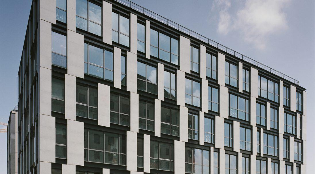 Lieu : rue Thiers, Lyon (69),  Architectes : Babylone,  Type de construction : neuf,  Système de pose : bardage avec ossature (BAO),  Produit : LISSE MAT