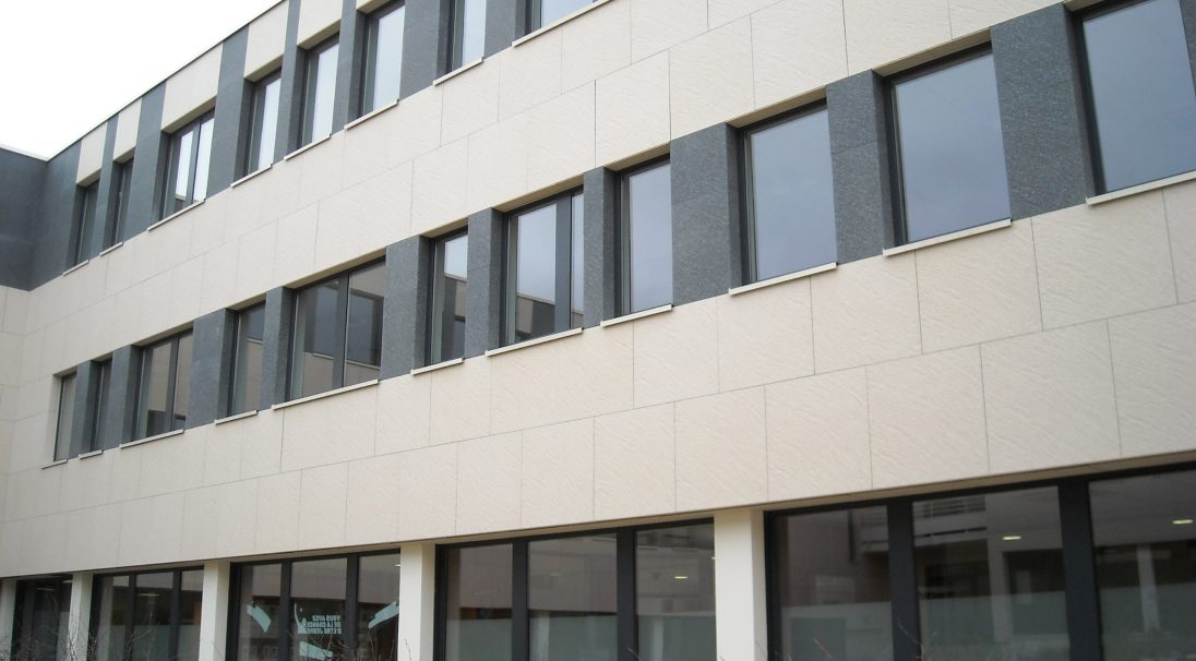 Lieu : ZAC de Valmy, Dijon (21),  Architectes : TRIA Architectes,  Type de construction : neuf,  Système de pose : bardage avec ossature (BAO),  Produit : GRANITÉ
