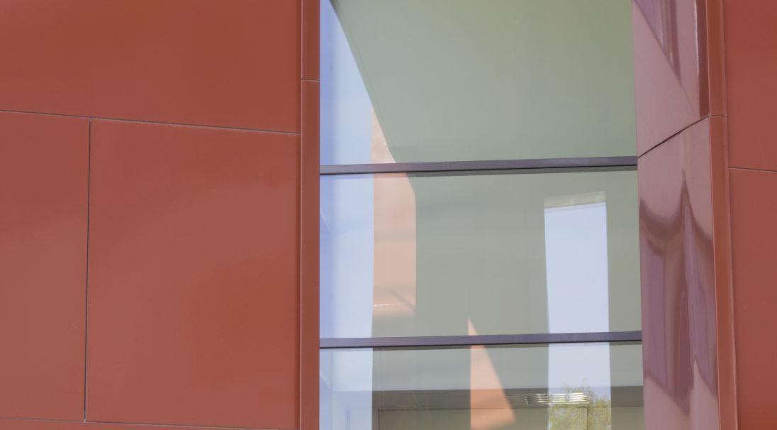 Type de construction : collège public, réhabilitation,  Maitre d'ouvrage : Département de Seine-et-Marne,  Architecte : BW Dumont,  Produits : PAPYRUS (Blanc banquise), LISSE VELOUTÉ (Blanc perle) et LISSE BRILLANT (Rouge),  Système de pose : bardage avec ossature (BAO),  Photos : Michel ROY, pour CAREA®