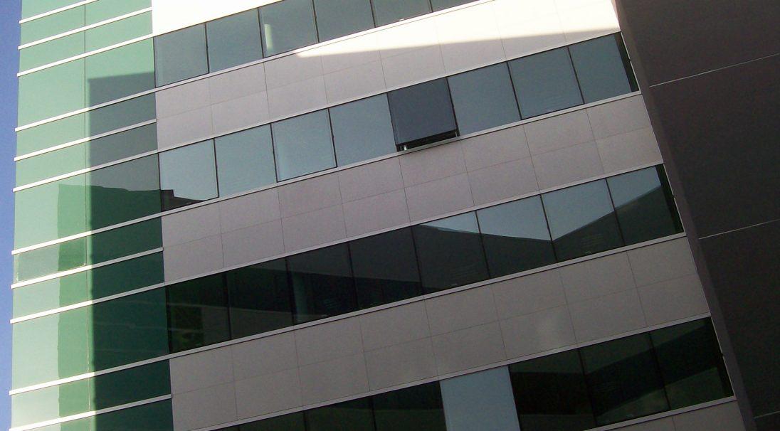 Lieu : Îlot de la Râpe, Orléans (45),  Architectes : Espace Architecture,  Type de construction : neuf,  Système de pose : pose sur mur rideau,  Produit : LISSE MAT