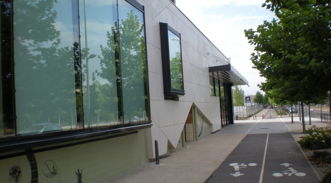 Lieu : avenue Paul Raoult, 78130 Les Mureaux,  Architectes : Mme A. Revet, Cabinet Karine Millet,  Type de construction : neuf,  Système de pose : bardage avec ossature (BAO),  Produit : RHODES (parements à inserts)