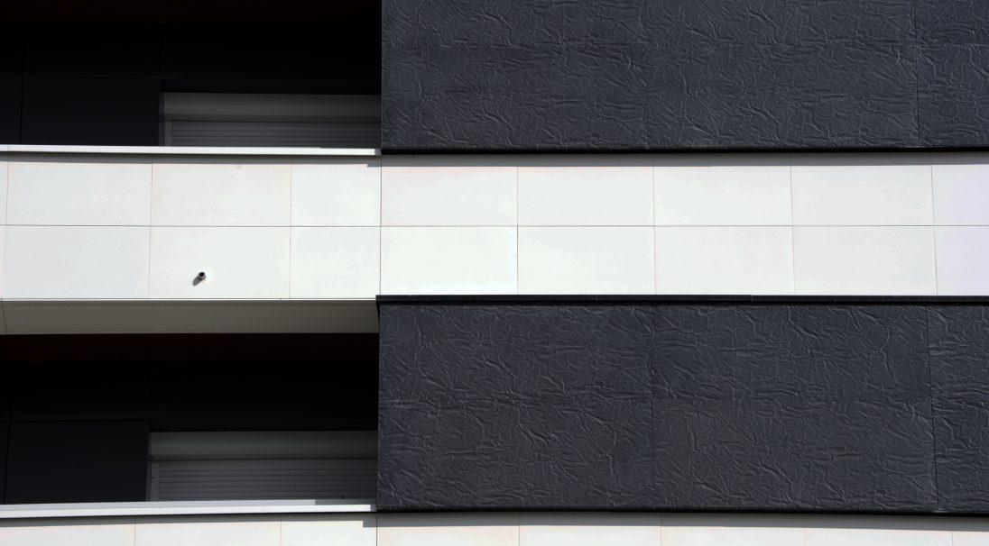 Lieu : Paris 19e (75),  Type de construction : rénovation,  Système de pose : bardage avec ossature (BAO),  Produits : LISSE VELOUTÉ et RHODES