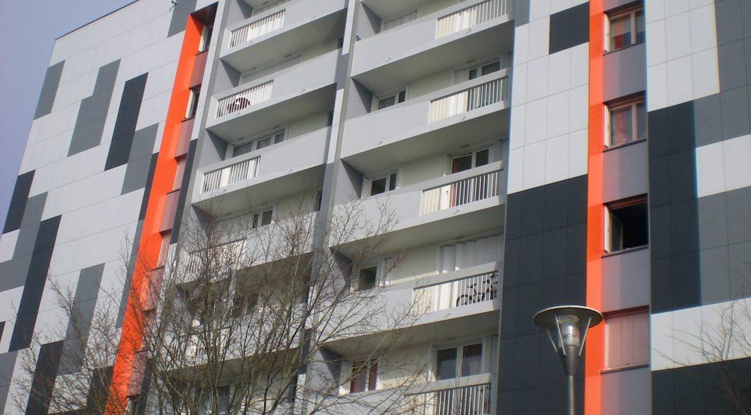 Lieu : Cholet (49),  Architectes : Geflot Vittel Lattitude,  Type de chantier : rénovation,  Système de pose : bardage sans ossature (BSO),  Produit : LISSE MAT