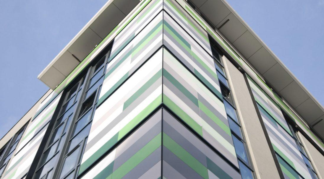 Lieu : Birmingham (Angleterre),  Architecte : AEW Architects,  Type de construction : neuf,  Système de pose : bardage avec ossature (BAO),  Produit : LISSE BRILLANT