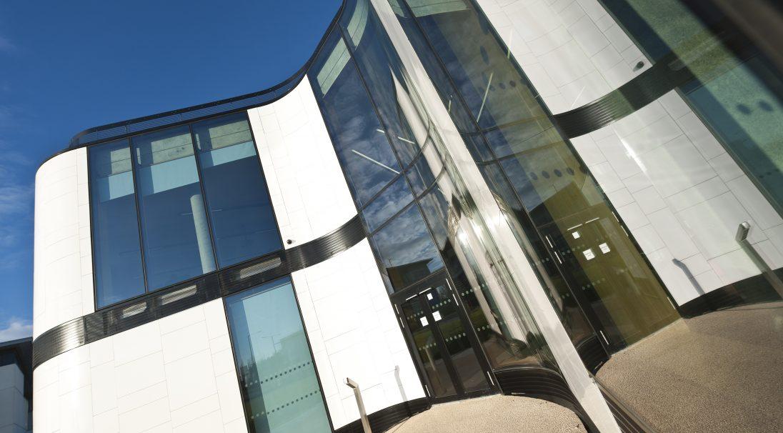 Lieu : Hertfordshire (Angleterre),  Architecte : RMJM,  Type de construction : neuf,  Système de pose : bardage avec ossature (BAO),  Produit : LISSE BRILLANT