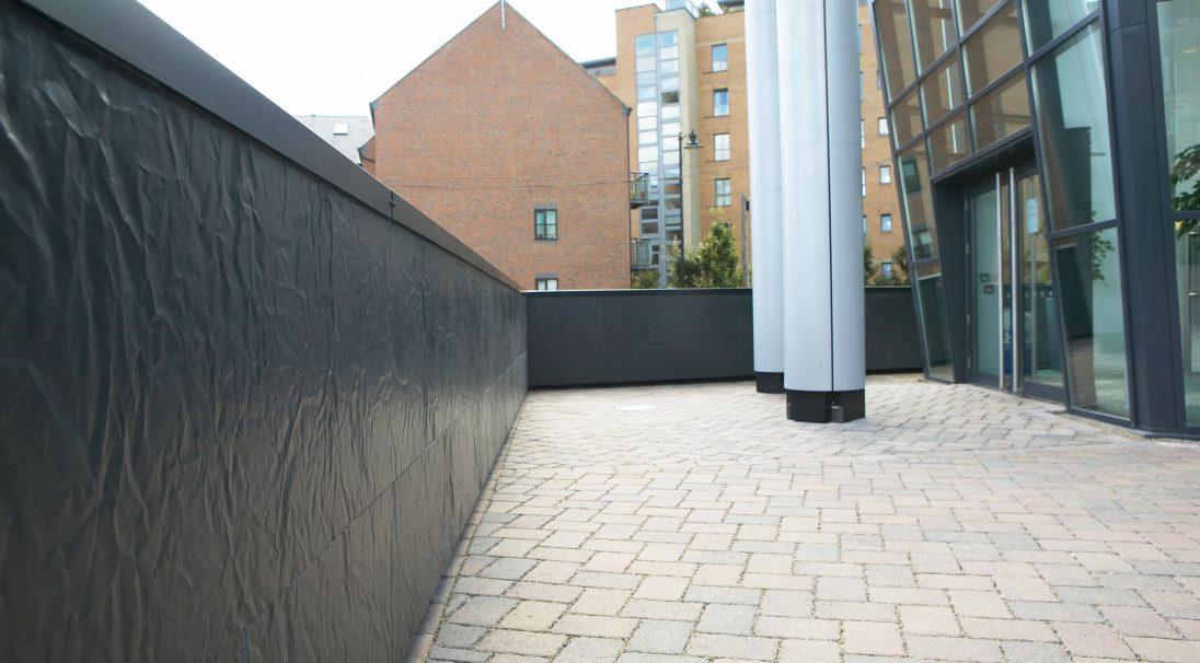 Lieu : Leeds (Angleterre),  Architecte : Cary Jones,  Type de construction : neuf,  Système de pose : bardage avec ossature (BAO),  Produits : LISSE BRILLANT, RHODES