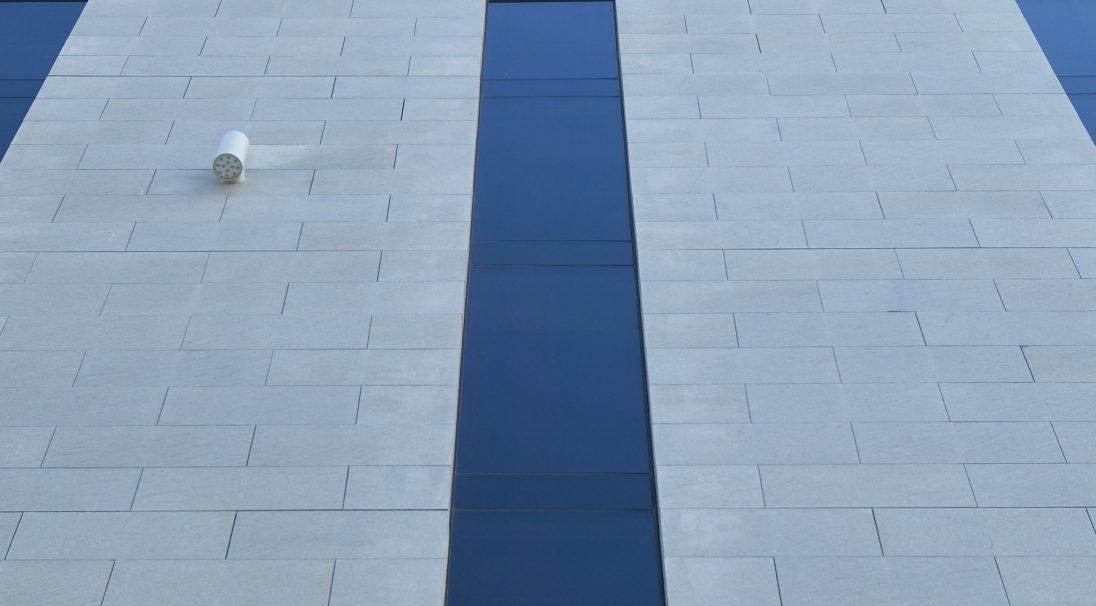 Lieu : Liverpool (Angleterre),  Architecte : Leach Rhodes Walker,  Type de construction : neuf,  Système de pose : bardage avec ossature (BAO),  Produit : GRANITÉ