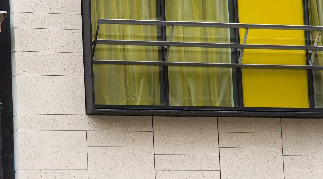 Lieu : Liverpool (Angleterre),  Architectes : Falconer Chester Hall,  Type de construction : neuve,  Système de pose : bardage avec ossature (BAO),  Produit : COQUILLÉ
