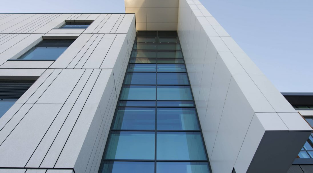Lieu : Manchester (Angleterre),  Architecte : Halliday Meecham Architects,  Type de construction : neuf,  Système de pose : bardage avec ossature (BAO),  Produit : GRANITÉ