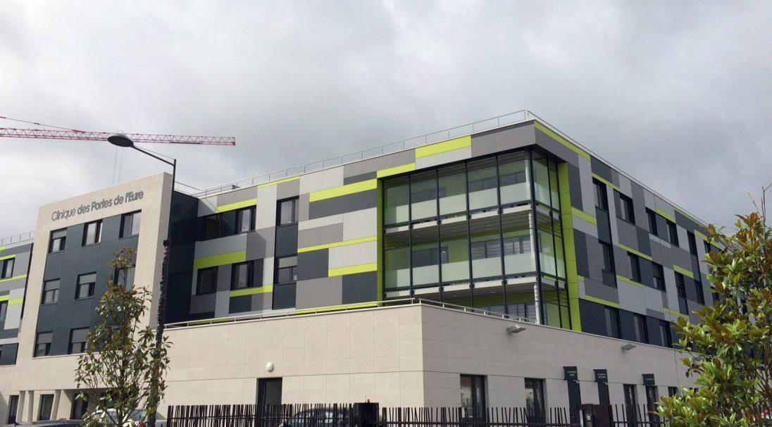 Construction neuve : façade de la clinique de Vernon, dans l'Eure