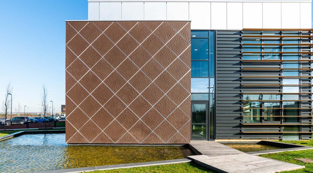 Lieu : Beauvais (60),  Architectes : Atelier Architecture Design - Ons-en-Bray,  Type de construction : neuf,  Système de pose : pose oblique sur plateau de bardage,  Produit : MOON,  Photographe : Jean-baptiste Quillien