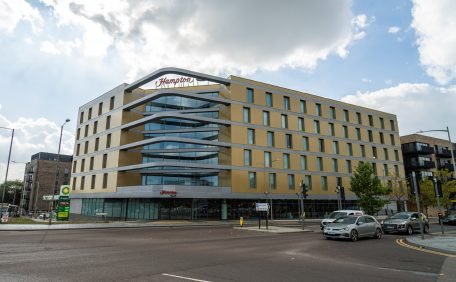 Façade Victoria Point New Hotel, Ashford (UK), bardage avec ossature (BAO), Pose verticale Cabinet Bowman Riley London